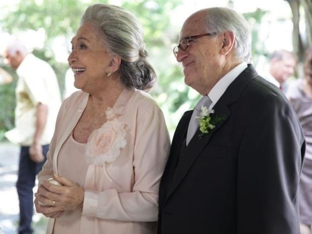 3.jan.2014 - Nathalia Timberg e Ary Fontoura gravam a cena do casamento de seus personagens, Bernarda e Lutero