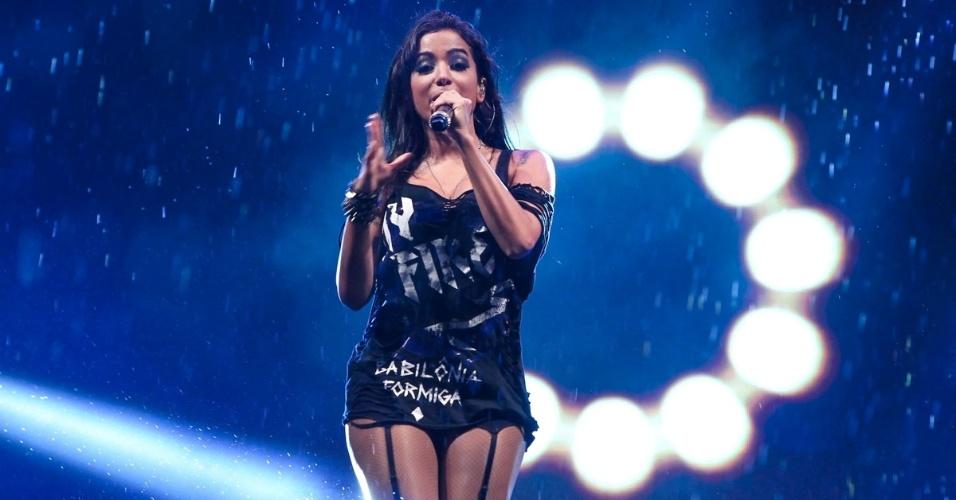 4.jan.2013 - A funkeira Anitta faz show debaixo de chuva no Guarujá, litoral de São Paulo