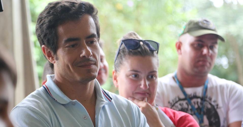 5.jan.2014 - O ator Felipe Folgosi vai ao velório do cantor Nelson Ned no cemitério Horto da Paz, em Itapecerica da Serra, na Grande São Paulo