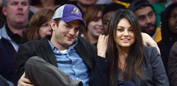 """3.jan.2014 - """"Câmera do beijo"""" pega Ashton Kutcher e Mila Kunis no jogo do Lakers em LA"""
