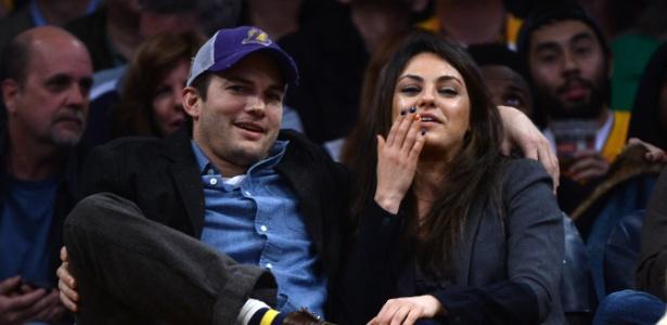 "3.jan.2014 - ""Câmera do beijo"" pega Ashton Kutcher e Mila Kunis em jogo do Lakers"