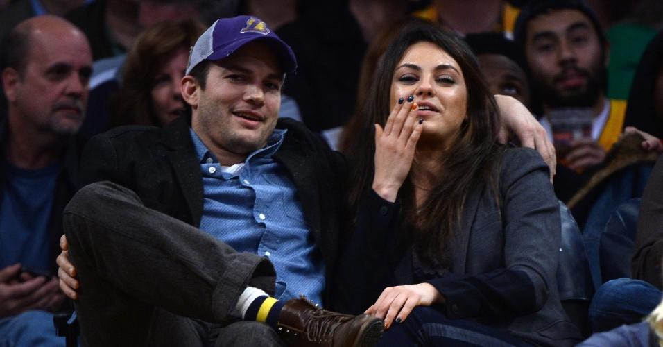 Mila Kunis e Ashton Kutcher divulgam o nome da filha