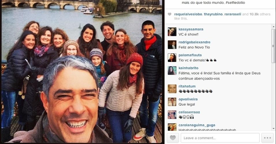 5.jan.2014 - William Bonner tira selfie em Paris com a família e amigos