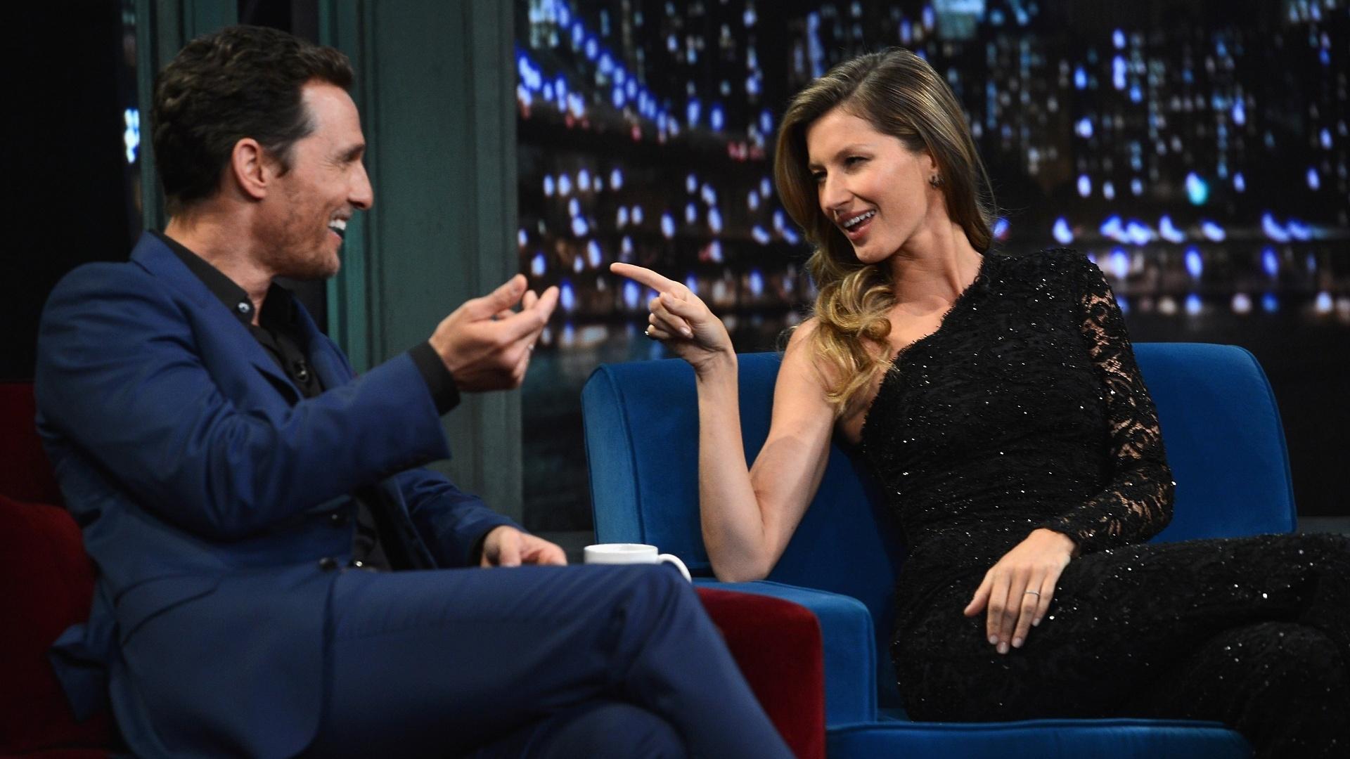 6.jan.2013 - Gisele Bundchen brinca com Matthew McConaughey durante sua participação no talk show