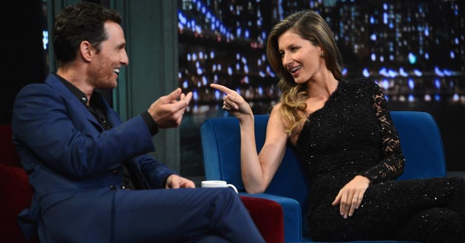 """6.jan.2013 - Gisele Bundchen brinca com Matthew McConaughey durante sua participação no talk show """"Late Night With Jimmy Fallon"""" e pergunta ao ator """"você é meu amigo ou meu inimigo?"""" após ele fazer uma piada com uma marca de beleza da qual a modelo é embaixadora"""