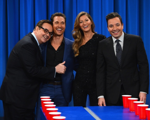 "6.jan.2013 - No talk show ""Late Night With Jimmy Fallon"", Gisele Bunchen posa ao lado do apresentador, do ator Matthew McConaughey e do comediante Steve Higgins"