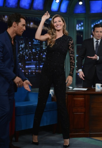 "6.jan.2013 - Vestindo um macacão preto Emilio Pucci, Gisele Bundchen acena para o público ao chegar para  participar do talk show ""Late Night With Jimmy Fallon"""