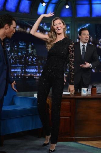 6.jan.2013 - Vestindo um macacão preto Emilio Pucci, Gisele Bundchen acena para o público ao chegar para participar do talk show