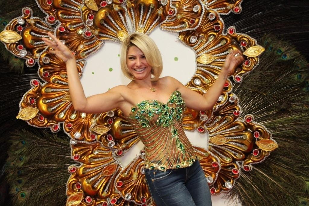 7.jan.2014 - Antônia Fontenelle visitou o barracão da Grande Rio, em Caxias, para tirar medidas da fantasia que usará no desfile da escola de samba carioca
