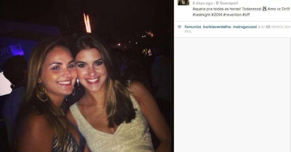 Angela comemora a chegada de 2014 com uma amiga em Guarapari, no Espírito Santo