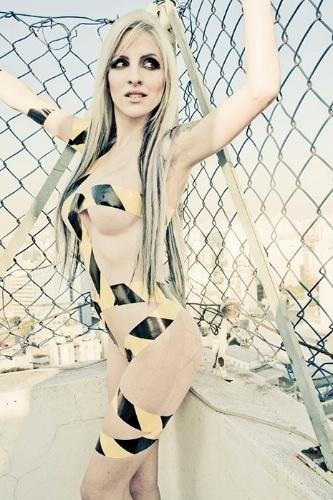 """Clara Aguilar, de 25 anos, fazia shows eróticos pela internet, em que usava o nome """"Barbie Wild"""". A loira é natural de São Paulo e é empresária. Esse ensaio foi feito pela amiga de Clara, a fotógrafa Marcela Fae. Algumas"""