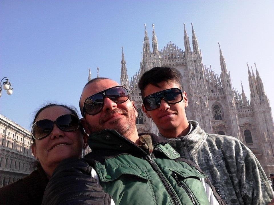 Dono do  Buffet Infantil Superperalta, Vagner tem 37 anos, mora em São Paulo e é solteiro. Na imagem aparece ao lado da família na Itália