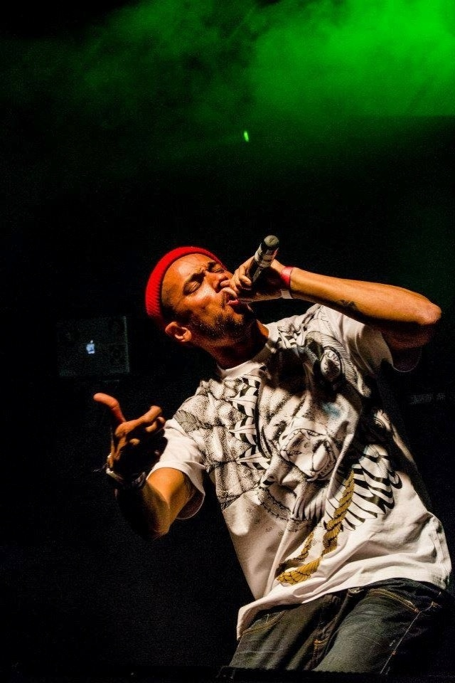 Ex-b-boy e grafiteiro, artista respeitado no rap nacional, Slim também já fez parceria com o misterioso produtor Clutchy Hopkins, espécie de Banksy do rap que já teve seu nome associado a artistas como MF Doom e DJ Shadow
