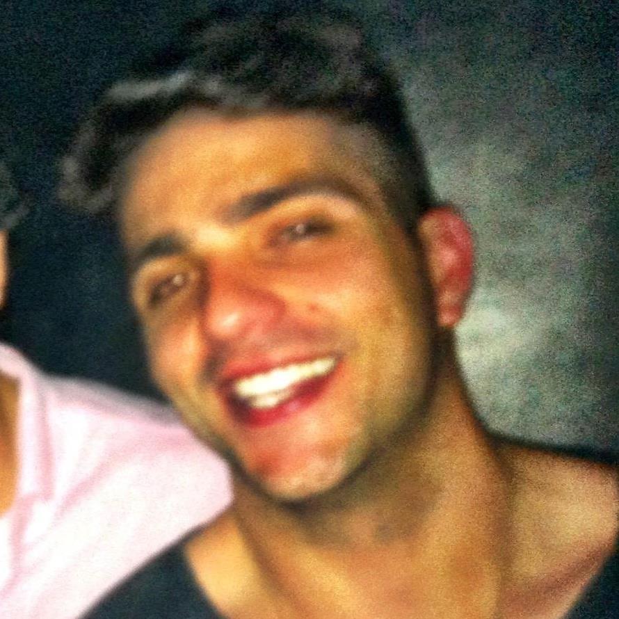 Junior Gianett tem 27 anos e trabalha como supervisor de vendas em um grife masculina. Ele é de São Paulo e estudou na Universidade Anhembi Morumbi