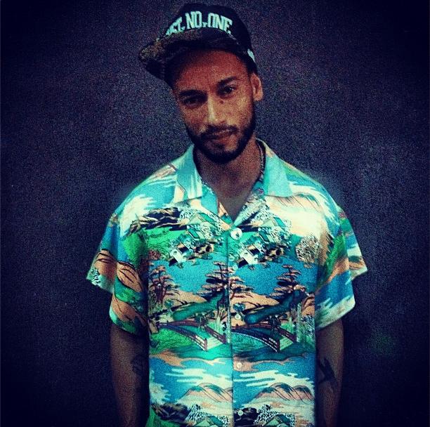 """O rapper Valter Araújo, 35 anos, selecionado para participar do BBB14, é conhecido como Slim Rimografia. Em sua página no Facebook, Valter publicou recentemente uma foto ao lado do também MC Criolo, compositor da música """"Não Existe Amor em SP"""". O reality show começa dia 14 de janeiro"""
