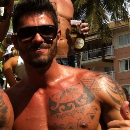 Publicitário, Diego Grossi tem 31 anos e mora no Rio de Janeiro. Solteiro e dono de um corpo sarado, com 1,90 m de altura e 95 quilos, ele gosta de ir à praia e andar de skate. Ele é fã de música eletrônica