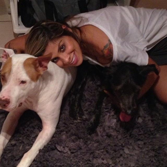"""Vanessa Mesquita, do """"BBB14"""", é modelo fitness, empresária e protetora dos animais"""