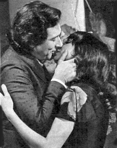 """1972 - Paulo Goulart e Marília Pêra se beijam em cena da novela """"Uma Rosa Com Amor"""""""