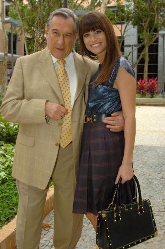"""2007 - Alinne Moraes e Paulo Goulart em cena de """"Duas Caras"""""""