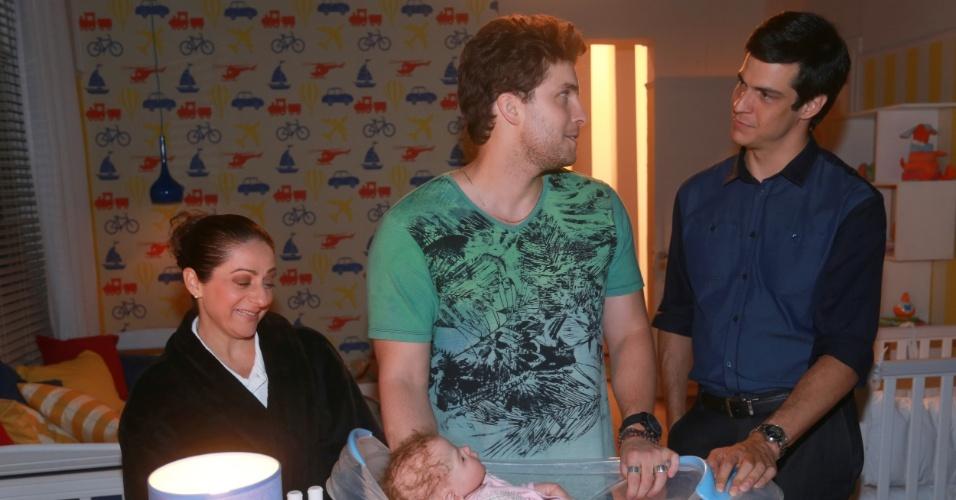 """7.jan.2014 - Josie Antello, Thiago Fragoso e Mateus Solano ensaiam cena de banho em boneco que representa o bebê Fabrício, de """"Amor à Vida"""""""