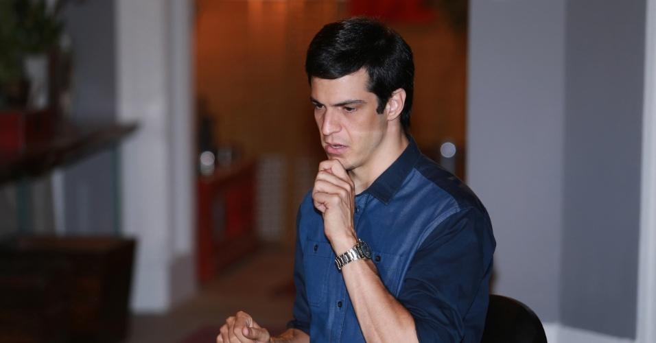"""7.jan.2014 - Mateus Solano ensaia cena de jantar na novela """"Amor à Vida"""" em que Niko convida Félix a dormir em sua casa"""