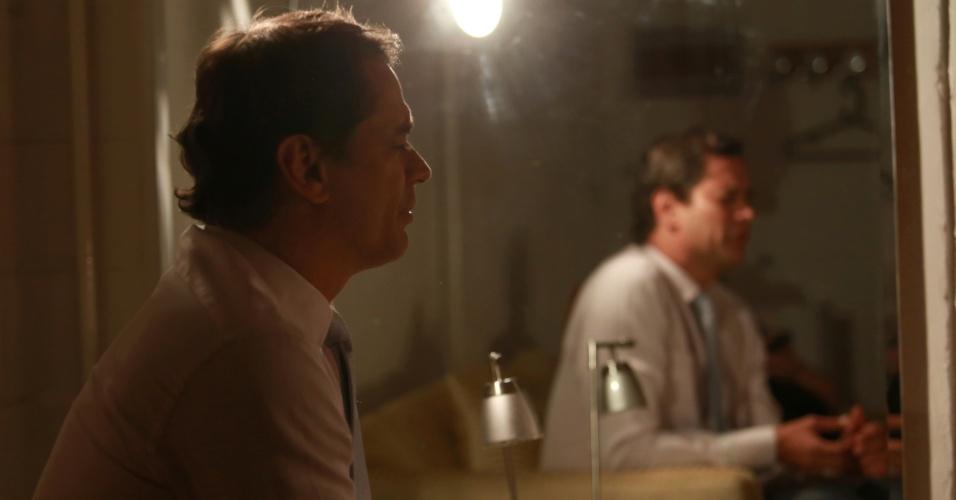 """7.jan.2014 - O ator Marcello Antony comenta, em camarim do Projac, que não acredita que os personagens gays de """"Amor à Vida"""" tenham contribuído para aumentar a tolerância aos homossexuais"""