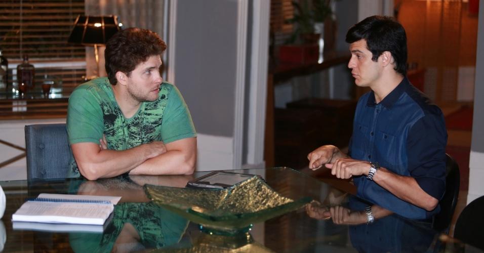 """7.jan.2014 - Thiago Fragoso e Mateus Solano ensaiam cena de jantar na novela """"Amor à Vida"""", em que Niko convida Félix a dormir em sua casa"""