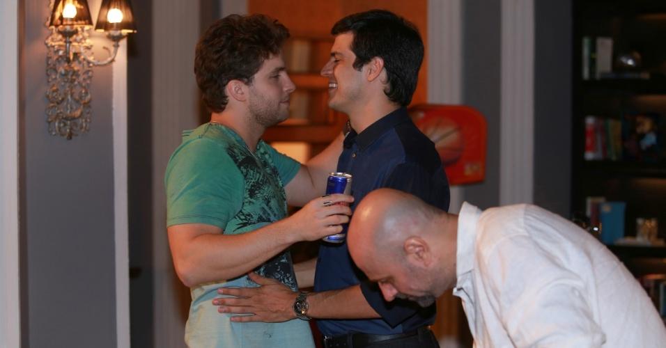 """7.jan.2014 - Thiago Fragoso e Mateus Solano ensaiam, com diretor Mauro Mendonça Filho, cena de """"carinho técnico"""" da novela """"Amor à Vida"""""""