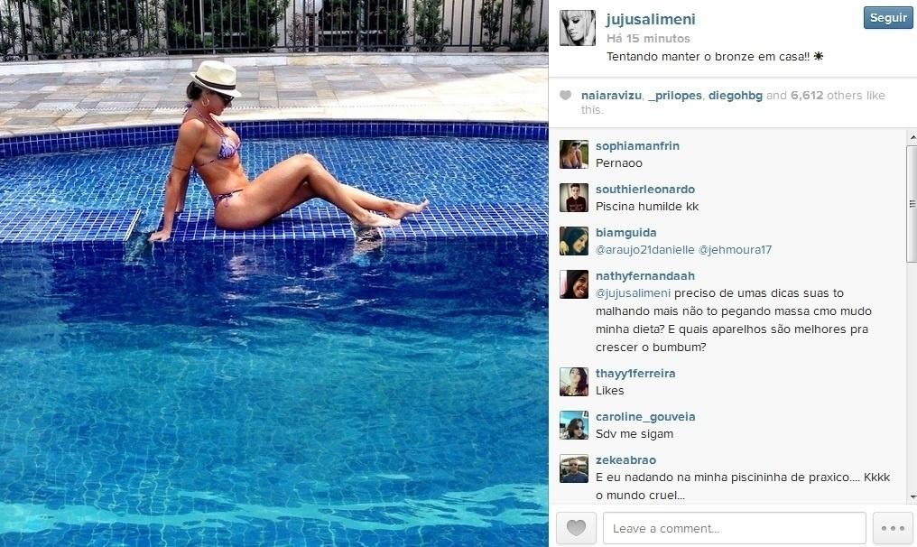 8.jan.20134 - Juju Salimeni aproveitou o dia para reforçar o bronzeado na piscina