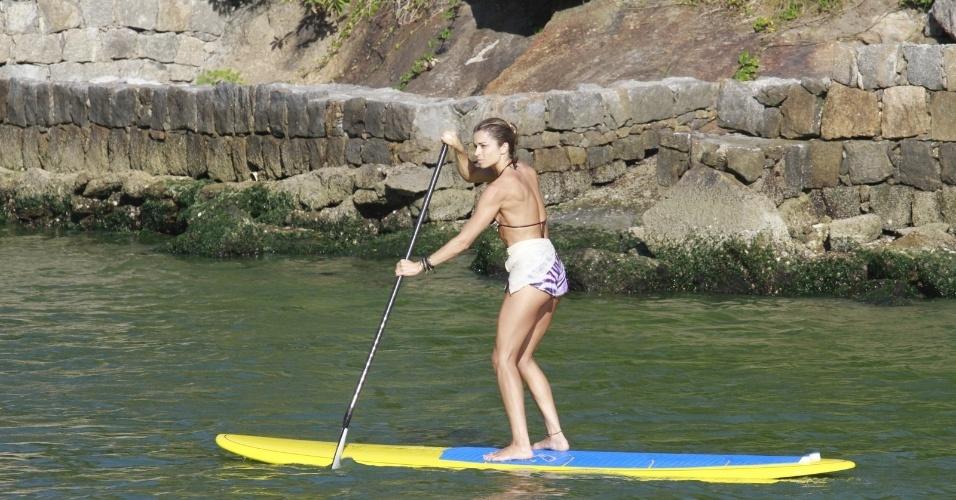 8.jan.2014 - Grazi Massafera aproveitou a forte calor que faz no Rio de Janeiro para praticar stand up paddle, na praia da Barra da Tijuca