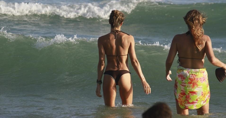 8.jan.2014 - Grazi Massafera exibiu ótima forma na praia da Barra da Tijuca, no Rio