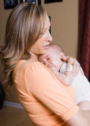 Ficar com o bebê no colo e encostado ao peito pode ser uma forma aliviar a cólica - Getty Images