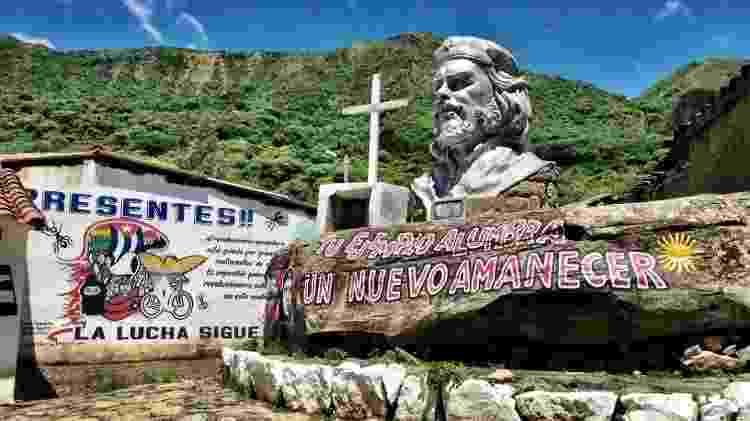 Busto gigante de Che Guevara adorna a praça central de La Higuera, o remoto vilarejo boliviano no qual o guerrilheiro argentino foi executado em 9 outubro de 1967 - Marcel Vincenti/UOL - Marcel Vincenti/UOL