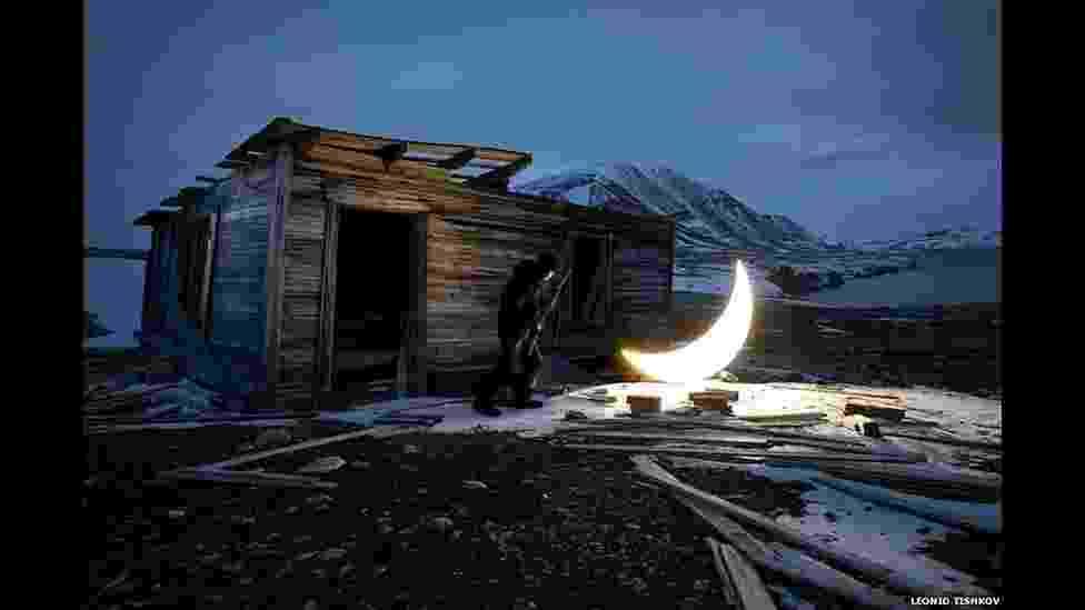 """Uma exposição com diversos artistas analisa o significado da Lua, o único satélite natural do nosso planeta. """"Republic of the Moon"""" (ou República da Lua) terá suas obras exibidas a partir desta sexta-feira, em Londres, com trabalhos de artistas como Liliane Lijn, Katie Paterson, Agnes Meyer Brandis e Leonid Tishkov, autor da obra acima, parte da série """"Lua Particular"""" - Leonid Tishkov"""