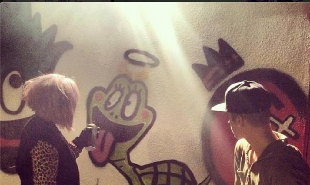 8.jan.2014 - Kelly Osbourne e Justin Bieber picham muro juntos