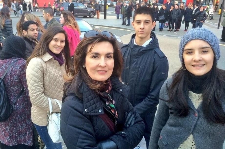 9.jan.2013 - Fátima Bernardes e William Bonner estão curtindo férias em Londres com os filhos, os trigêmeos Laura, Vinícius e Beatriz. No registro divulgado pelo apresentador do