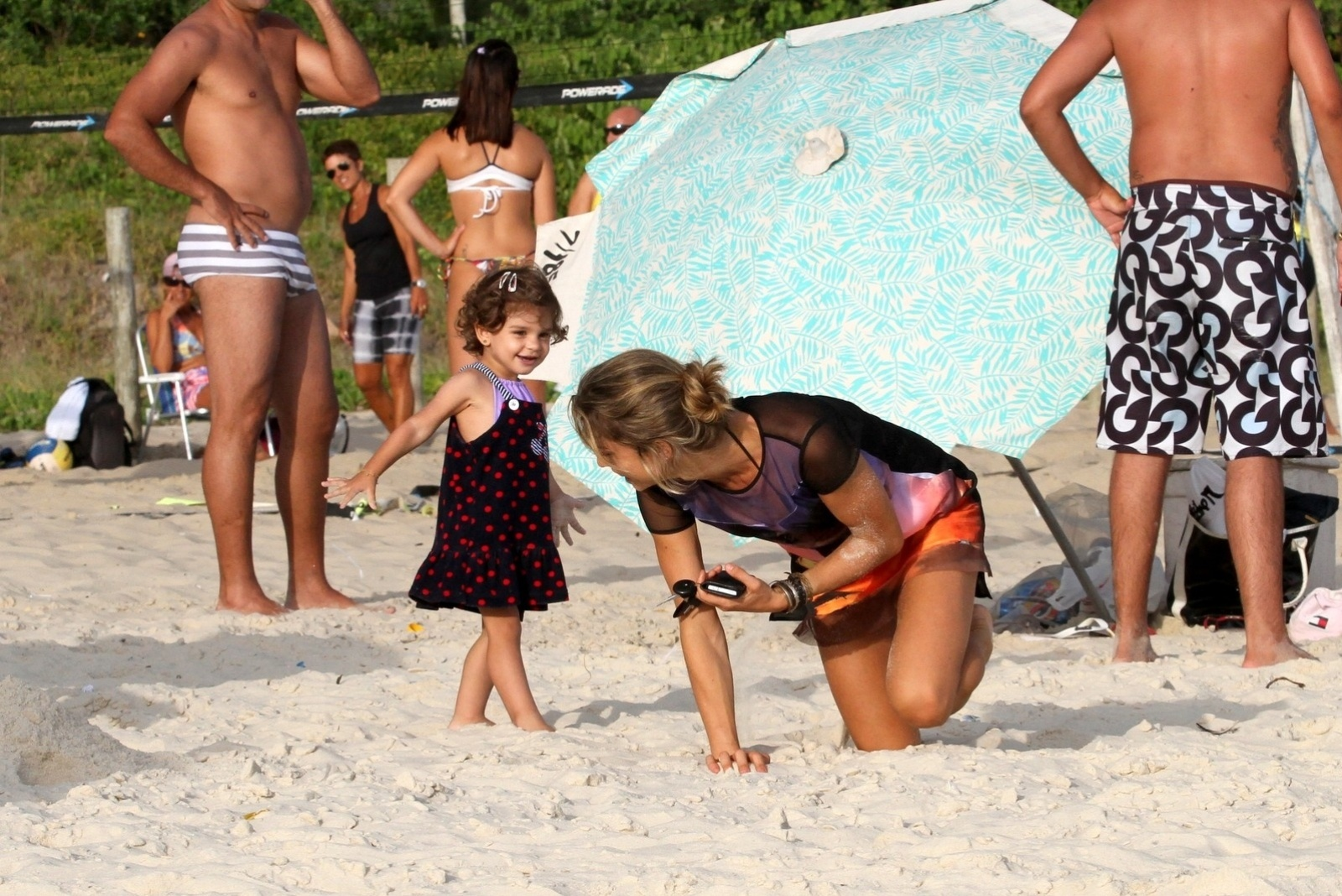 9.jan.2014 - Após o passeio de bicicleta, Grazi e Sofia se divertiram nas areias da praia da Barra da Tijuca, na zona oeste do Rio