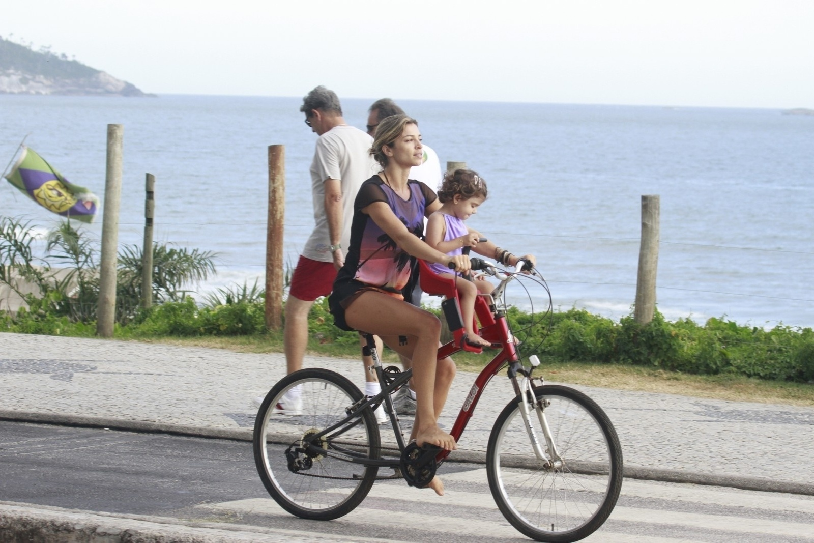 9.jan.2014 - Grazi Massafera passeou de bicicleta com a filha, Sofia, pela orla da praia da Barra da Tijuca, zona oeste do Rio. A menina é fruto do casamento da atriz com Cauã Reymond. O casal anunciou a separação recentemente