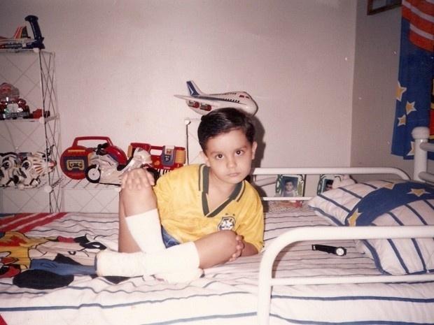 Criança, Luan posa com a camisa da seleção