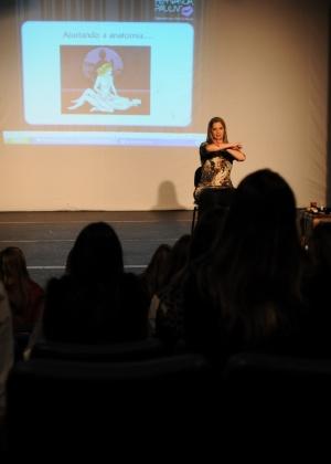 Fernanda Pauliv, que se apresenta como especialista nas artes da paixão, durante palestra em Curitiba (PR) - Divulgação