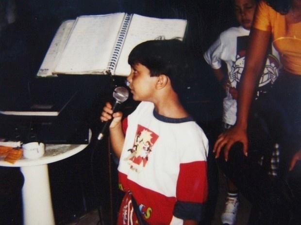 Luanzinho soltando a voz. Aos 10 anos, ele já cantava em inglês