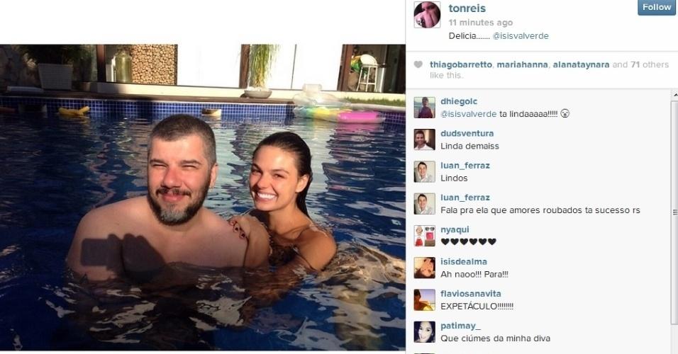 10.jan.2013 - Isis Valverde se refrescou na piscina acompanhada do amigo, o hairstylist Ton Reis