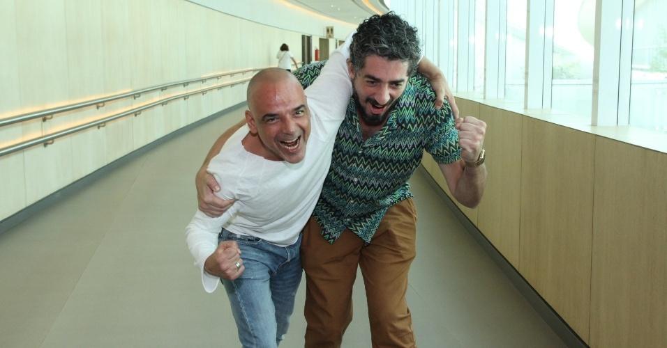"""10.jan.2014 - Angelo Antonio e Michel Melamed brincam durante a apresentação da minissérie """"A Teia"""", no Rio de Janeiro"""
