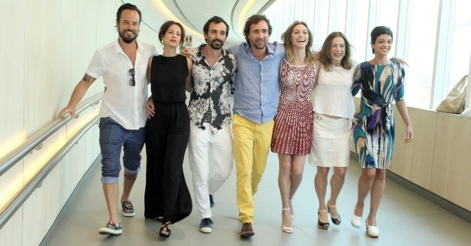 """10.jan.2014 - Elenco da minissérie """"A Teia"""" se reúne para posar na coletiva de apresentação da atração, no Rio de Janeiro"""