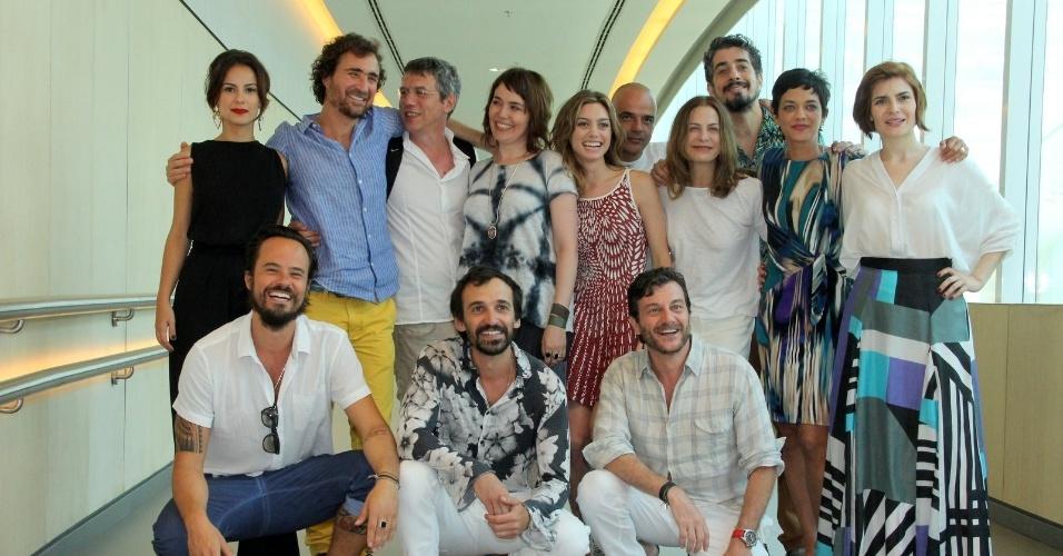 """10.jan.2014 - Equipe da minissérie """"A Teia"""" se reúne para posar na coletiva de apresentação da atração, no Rio de Janeiro"""