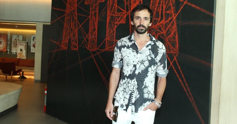 """10.jan.2014 - O ator Júlio Andrade posa na coletiva da minissérie """"A Teia"""", no Rio de Janeiro"""