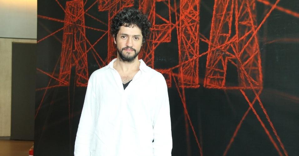 """10.jan.2014 - O ator Fernando Alves Pinto chega para a coletiva da minissérie """"A Teia"""", no Rio de Janeiro"""