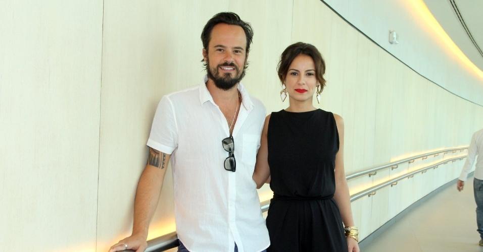 """10.jan.2014 - Paulo Vilhena e Andreia Horta posam juntos na coletiva da minissérie """"A Teia"""", no Rio de Janeiro"""