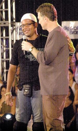 """2002 - O jornalista e apresentador Pedro Bial entrevista André, participante do primeiro """"Big Brother Brasil"""", da Rede Globo"""