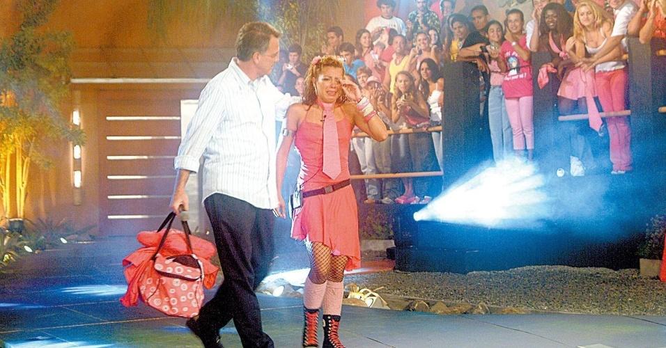 """2005 - O apresentador e jornalista Pedro Bial abraça Tatiane Pink, eliminada do """"Big Brother Brasil 5"""""""